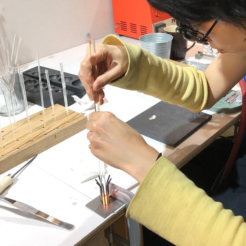 大事なペン先は、モールド(型)に熱々のガラスを入れて作ります。